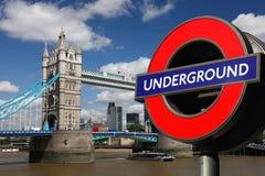 Ponticello con il simbolo sotterraneo, Londra della torretta Fotografia Stock Libera da Diritti
