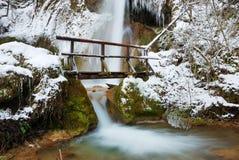 Ponticello con la cascata in inverno Immagine Stock Libera da Diritti