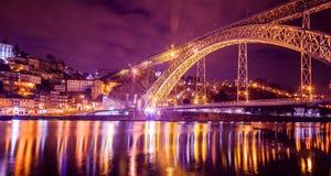 Ponticello dei DOM Luis illuminato alla notte Eu occidentale di Oporto, Portogallo immagini stock