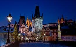 Ponticello del Charles con il castello di Praga Fotografia Stock
