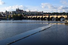 Ponticello del Charles e castello di Praga Immagini Stock Libere da Diritti