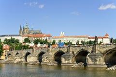 Ponticello del Charles e cattedrale della st Vitus, Prage Fotografia Stock