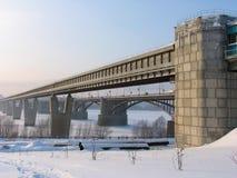 Ponticello del sottopassaggio sopra il fiume Ob Fotografie Stock