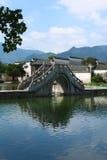 Ponticello dell'arco nel villaggio di Hongcun Fotografia Stock Libera da Diritti