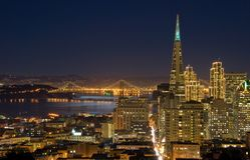 Ponticello della baia e di San Francisco alla notte (nell'ambito di luce della luna) Fotografie Stock Libere da Diritti