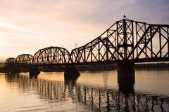 Ponticello della ferrovia sopra il fiume di Missouri Fotografie Stock Libere da Diritti