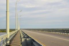 Ponticello della strada sopra il fiume fotografia stock libera da diritti