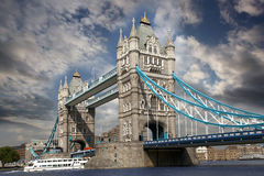 Ponticello della torretta con la barca della città, Londra, Regno Unito Fotografie Stock Libere da Diritti