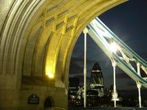 Ponticello della torretta e città di Londra alla notte Immagine Stock