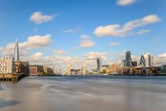 Ponticello della torretta e la città di Londra Immagini Stock