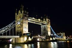 Ponticello della torretta a Londra alla notte Fotografie Stock Libere da Diritti