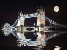 Ponticello della torretta, Londra alla notte Fotografie Stock