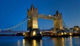 Ponticello della torretta a Londra alla scena di notte Immagine Stock