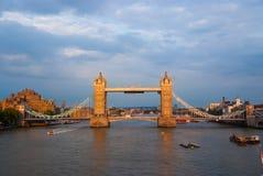 Ponticello della torretta a Londra, Regno Unito Ponte sopra il Tamigi sul cielo nuvoloso Costruzioni sulle sponde del fiume con p Fotografia Stock Libera da Diritti