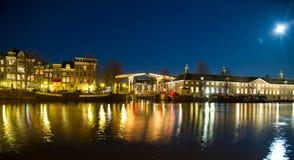 Ponticello di Amsterdam entro la notte Immagini Stock