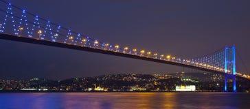 Ponticello di Bosphorus alla notte 2 Immagine Stock