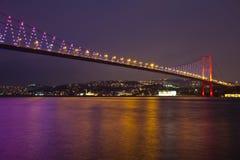 Ponticello di Bosphorus alla notte Fotografie Stock Libere da Diritti