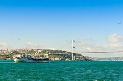 Ponticello di Bosphorus e una nave Immagine Stock Libera da Diritti