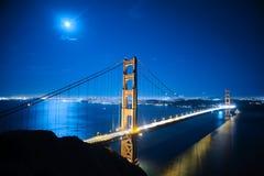 Ponticello di cancello dorato alla notte Immagini Stock Libere da Diritti
