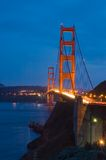 Ponticello di cancello dorato alla notte Fotografie Stock Libere da Diritti