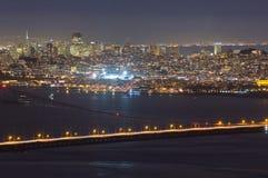 Ponticello di cancello dorato e San Francisco alla notte fotografia stock