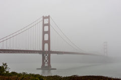 Ponticello di cancello dorato in nebbia Immagine Stock