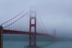 Ponticello di cancello dorato nella nebbia Fotografie Stock