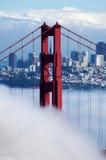 Ponticello di cancello dorato sotto nebbia Immagini Stock