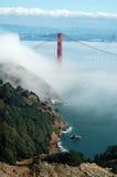 Ponticello di cancello dorato sotto nebbia Fotografia Stock