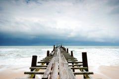 Ponticello di legno dentro al mare Fotografia Stock Libera da Diritti