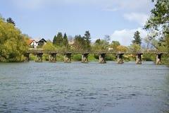 Ponticello di legno sopra il fiume Immagine Stock