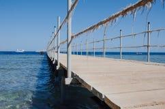 Ponticello di legno sopra il mare Corsa e vacanza Concetto di libertà Mar Rosso, Sharm el-Sheikh Fotografia Stock