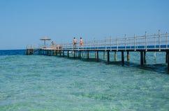 Ponticello di legno sopra il mare Corsa e vacanza Concetto di libertà Mar Rosso, Sharm el-Sheikh Immagine Stock Libera da Diritti