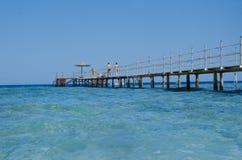 Ponticello di legno sopra il mare Corsa e vacanza Mar Rosso, Sharm el-Sheikh Fotografie Stock