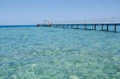 Ponticello di legno sopra il mare Corsa e vacanza Mar Rosso, Sharm el-Sheikh Immagini Stock