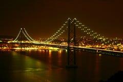 Ponticello di Lisbona entro la notte Fotografie Stock
