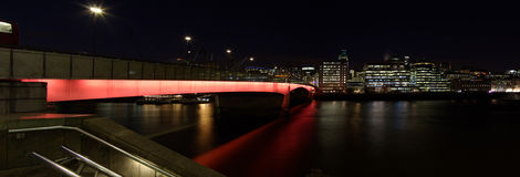 Ponticello di Londra entro la notte Immagini Stock Libere da Diritti