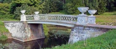 Ponticello di pietra attraverso il piccolo fiume Fotografia Stock Libera da Diritti