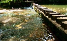 Ponticello di pietra sopra il fiume Immagini Stock