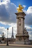 Ponticello di Pont Alexandre III con la Torre Eiffel Fotografie Stock