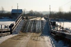 Ponticello di pontone attraverso il fiume Immagine Stock