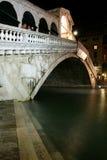 Ponticello di Rialto, Venezia alla notte Immagine Stock Libera da Diritti