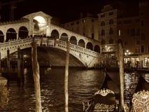 Ponticello di Rialto a Venezia entro la notte Fotografia Stock