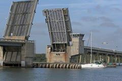 Ponticello di tiraggio & barca a vela fotografia stock libera da diritti