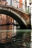 Ponticello e canale veneziani Fotografia Stock Libera da Diritti