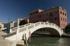 Ponticello e casa a Venezia Immagini Stock Libere da Diritti