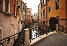 Ponticello e costruzioni Venezia - in Italia Fotografia Stock Libera da Diritti