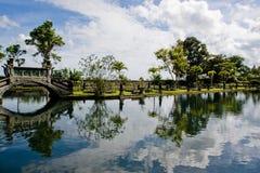 Ponticello e lago fra il giardino tropicale Fotografie Stock Libere da Diritti
