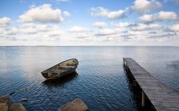 Ponticello e mare di barca Immagini Stock