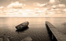 Ponticello e mare di barca Immagine Stock